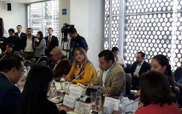 Wendy Vera (centro) es parte de la Comisión de Soberanía, Integración y Relaciones Internacionales de la Asamblea. Foto: TW de legisladora