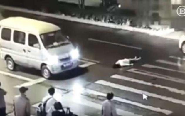 La mujer murió instantes después a raíz de las múltiples heridas ocasionadas. Foto: captura de video
