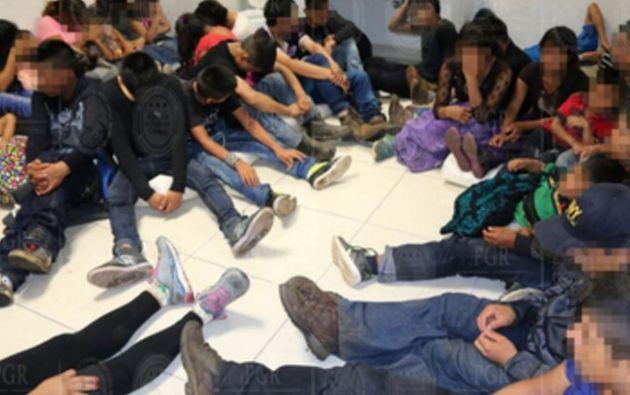 Los dos ecuatorianos viajaban en un vehículo de carga que transportaba también a migrantes guatemaltecos, hondureños y salvadoreños. | Foto: Twiterr / PGR México.