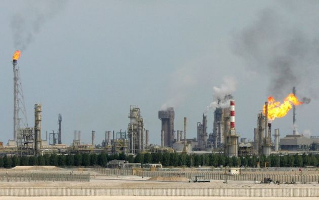 Imagen referencial de una refinería en las afueras de Doha. Foto: AFP
