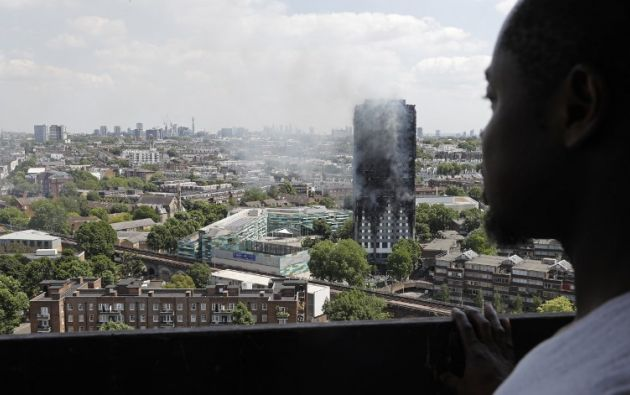 El incendio de un condominio en Londres ocurrió por la madrugada y aún se desconocen las causas. Foto: AFP