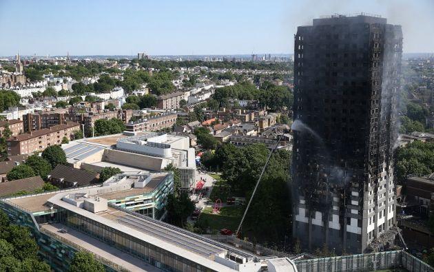Más de 250 bomberos, un centenar de médicos y otros cien policías se desplazaron de madrugada al edificio. | Foto: Reuters.