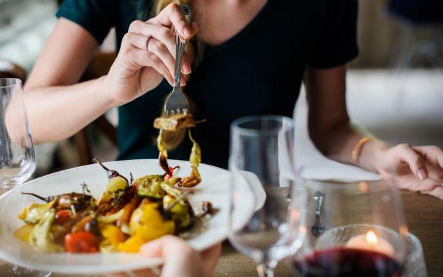 """Otro tema que destaca es la importancia de combinar correctamente los alimen- tos en una comida. Por ejemplo.: """"El hierro no se absorbe cuando está en contacto con el calcio. Foto: Pexels"""