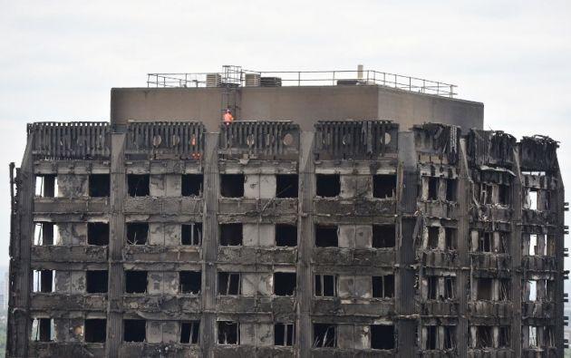 Equipos de seguridad inspeccionan lo que quedó del edificio incendiado en Londres. Foto: AFP
