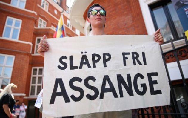 Varios activistas pro Assange se han dado cita hoy afuera de la Embajada ecuatoriana en Londres, donde el sueco lleva ya 5 años. Foto: AFP