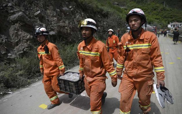 Un equipo formado por unos 3.000 rescatistas busca contra reloj a los posibles supervivientes del desprendimiento que el sábado sepultó una aldea de la provincia de Sichuan. Foto: AFP