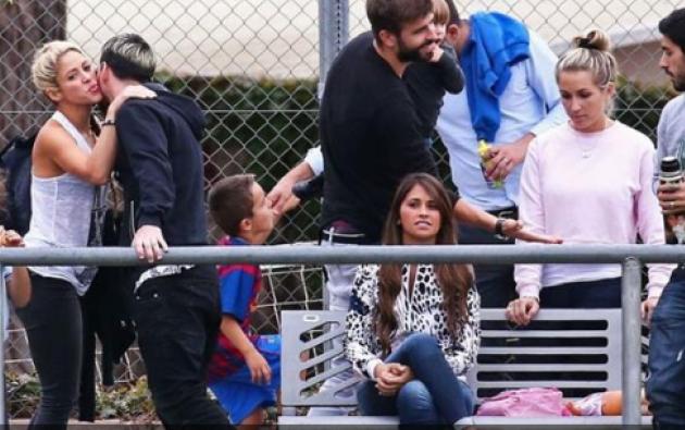 """Una foto que para muchos muestra la """"amistad"""" entre las esposas de los jugadores del Barca. En la imagen está Shakira, Antonella (novia de Messi) y la esposa de Luis Suárez. Foto: Tomada de Ambito.com"""