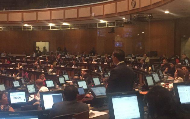 El asambleísta por Manabí, Daniel Mendoza, realiza su exposición ante el pleno durante el juicio político de Pólit. Foto: Cortesía
