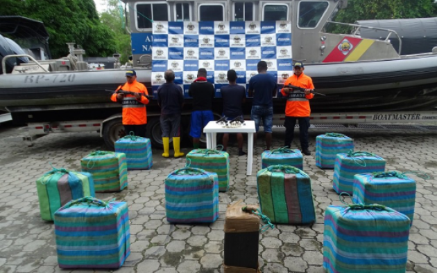 Los cuatro capturados fueron trasladados hasta el municipio de Tumaco en Nariño. Foto: Twitter Armada Colombia