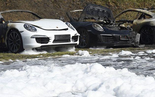 El incendio afectó a diez automóviles de la marca Porsche. Foto: Noticias Inn
