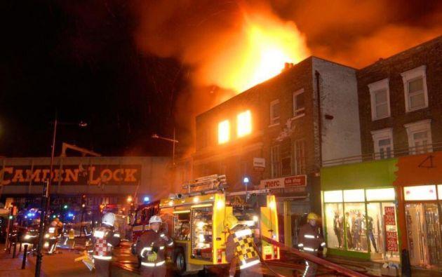 LONDRES, Inglaterra.- Más de 70 especialistas y 10 camiones trabajan en controlar las llamas desatadas en el mercado de Camden Lock. Foto: Twitter medios londinenses