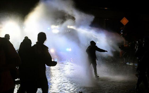 HAMBURGO, Alemania.- Tras la clausura de la cumbre en Hamburgo, se produjeron nuevos enfrentamientos entre policías y manifestantes. Foto: AFP