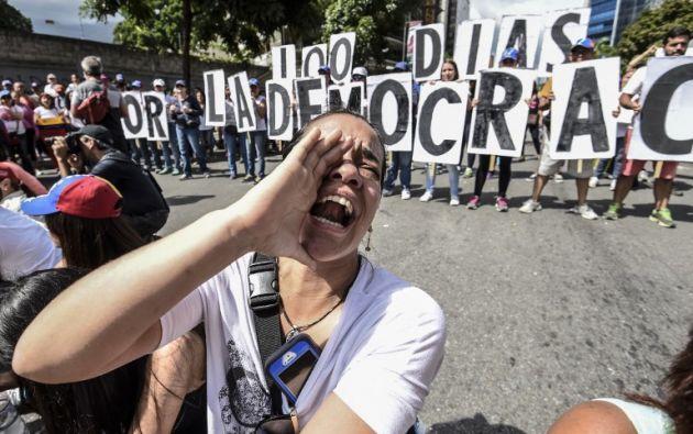 VENEZUELA.- Opositores se concentraron este 9 de julio de 2017 en el este de Caracas, a propósito de completarse 100 días de protestas en contra del Gobierno del presidente Maduro. Foto: AFP