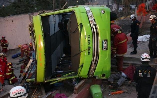 """""""Esto no tuvo que ocurrir jamás, un bus de estas dimensiones nunca tuvo que subir a un cerro con las vías angostas"""", dijo un experto en seguridad vial. Foto: AFP"""