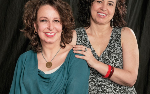 Ana Karina López y Mónica Almeida, amigas y comunicadoras con amplia experiencia en medios de Ecuador e internacionales. Foto: César Mera