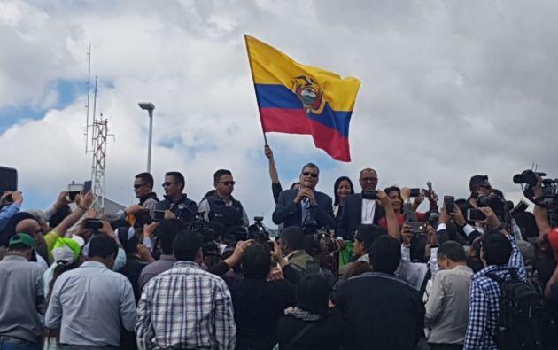 Seguidores de Correa, con carteles y banderas se concentraron en las afueras del aeropuerto. Foto: Twitter M. Aguiñaga