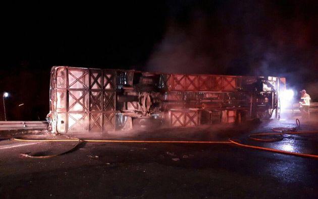 El accidente de tránsito de un bus dejó 30 personas heridas y 14 fallecidas. El siniestro ocurrió la noche del viernes 14 de julio. : Twitter Estebán Cárdenas V. Foto: