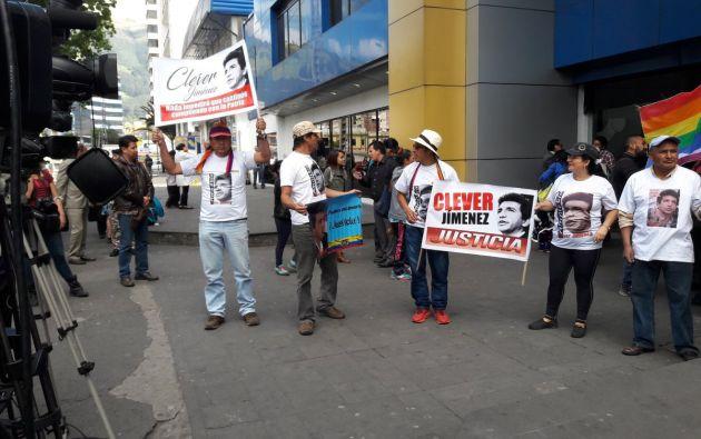 Simpatizantes de Jiménez esperan la salida del exasambleísta luego de recibir el brazalete electrónico. Foto: Corape
