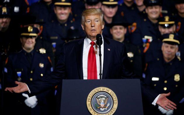 """""""No sean demasiado amables con los criminales"""" inmigrantes, dijo sonriendo a los policías del condado de Suffolk. Foto: Reuters"""