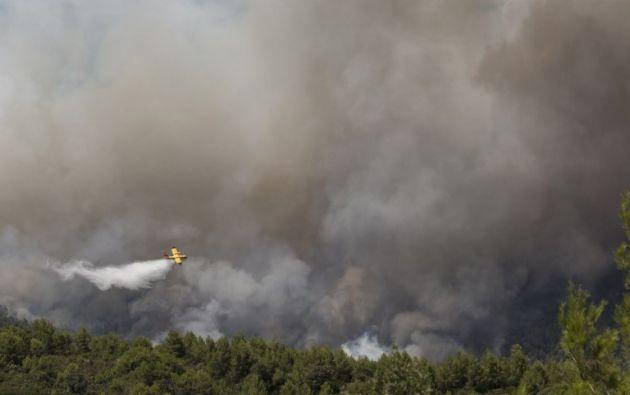 El incendió se declaró el jueves, en un momento en el que varios incendios forestales favorecidos por el calor y la sequía que golpea el sur de Europa. Foto: AFP