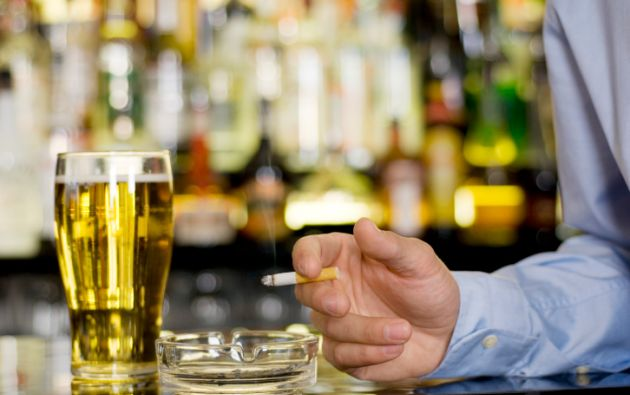Cada vez los pacientes son más jóvenes porque se inician en el tabaquismo y consumo de alcohol en edades tempranas. Foto: referencial