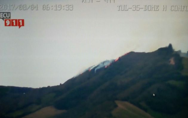 Se analizan las estrategias para sofocar el incendio forestal. Foto: ECU 911