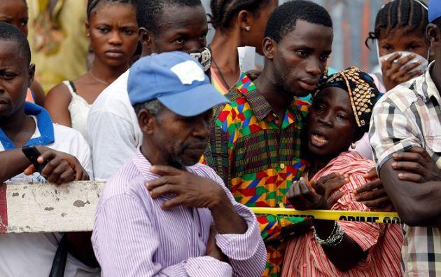 Afectadas por la catástrofe, las personas desplazadas en Freetown continúan durmiendo en la calle. Foto: Reuters