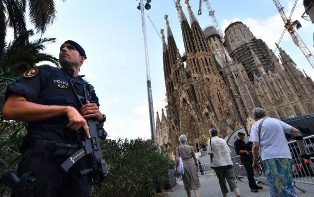 Barcelona rindió homenaje este domingo a los 14 fallecidos en los atentados del jueves y viernes, mientras la policía seguía buscando a un fugitivo de la célula yihadista. Foto: AFP