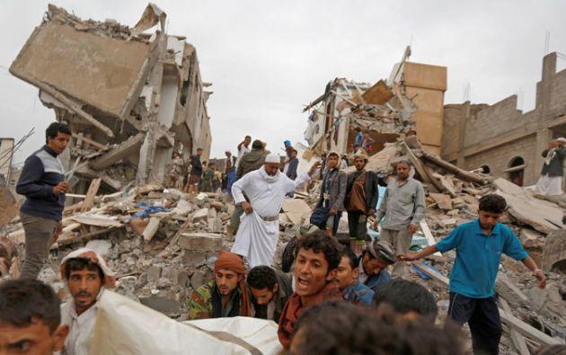 Uno de los edificios colapsó inmediatamente después de ser impactado por un cohete, provocando la destrucción del segundo. Foto: Reuters