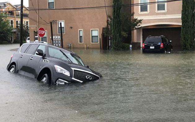 Harvey dejó a su paso carreteras sumergidas, casas sin tejado, carteles de señalización y líneas eléctricas arrancados. Foto: Reuters