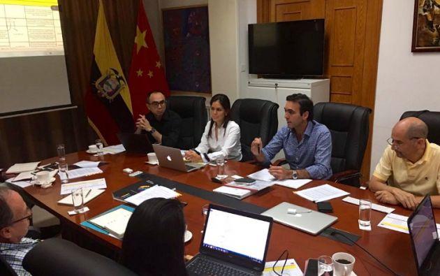 """""""Mantenemos reunión de trabajo en la Embajada de Ecuador en Beijing para ultimar detalles de la agenda en China"""", escribió Campana. Foto: Twitter"""
