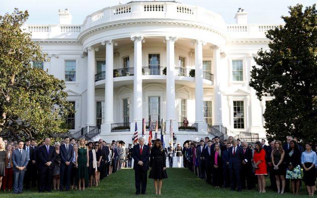 Trump y su esposa Melania observaron un minuto de silencio en los jardines de la Casa Blanca. Foto: Reuters