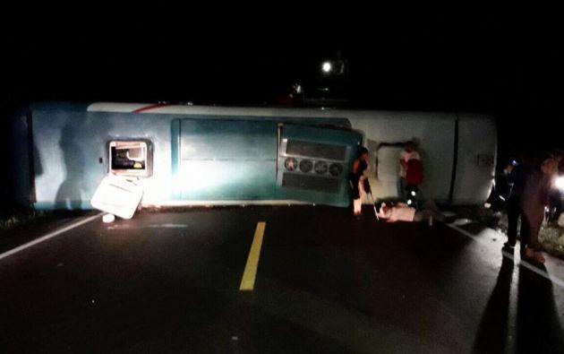 Personal de la CTE confirmó que se trató de la pérdida de pista y volcamiento del bus. Foto: ECU911
