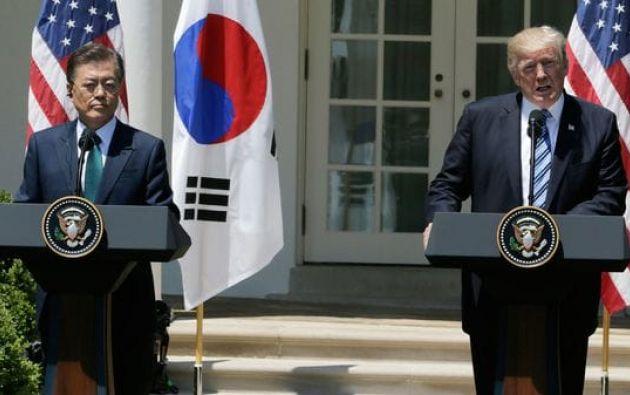 """En una conversación telefónica, Moon y Trump """"condenaron profundamente"""" el nuevo disparo de misil realizado el viernes por Corea del Norte. Foto: Reuters"""