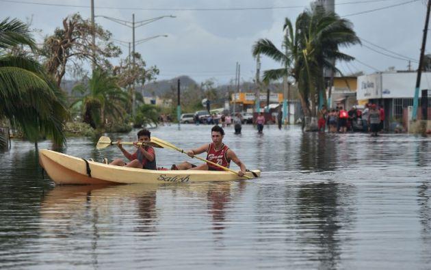 Debido a las intensas lluvias que dejó María sobre Puerto Rico, los embalses de agua han aumentado, poniendo en riesgo a los residentes de las zonas. Foto: AFP