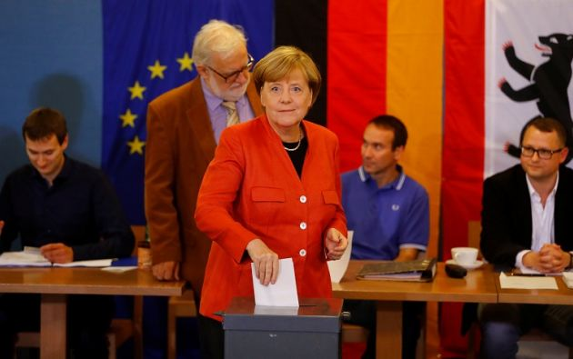 La dirigente conservadora votó poco antes de las 15H00 (13H00 GMT) acompañada por su esposo Joachim Sauer. Foto: Reuters