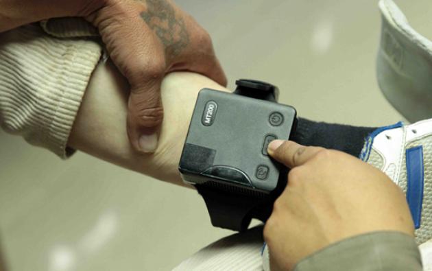 El Ministerio de Justicia tiene la obligación de informar a la autoridad que ordenó el uso del dispositivo sobre cualquier acción u omisión. Foto: El Ciudadano