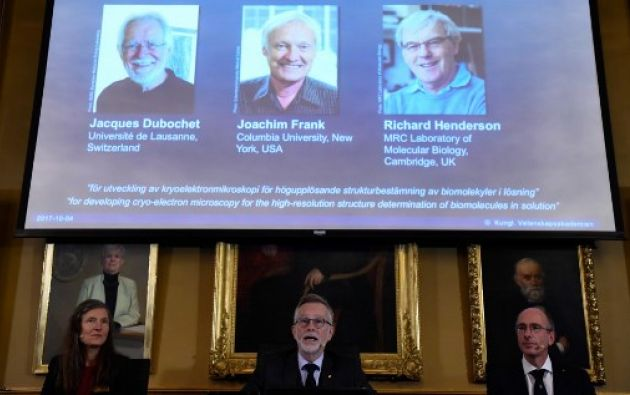 El científico suizo Jacques Dubochet, el estadounidense Joachim Frank y el británico Richard Henderson fueron galardonados con el Nobel de Química. Foto: AFP