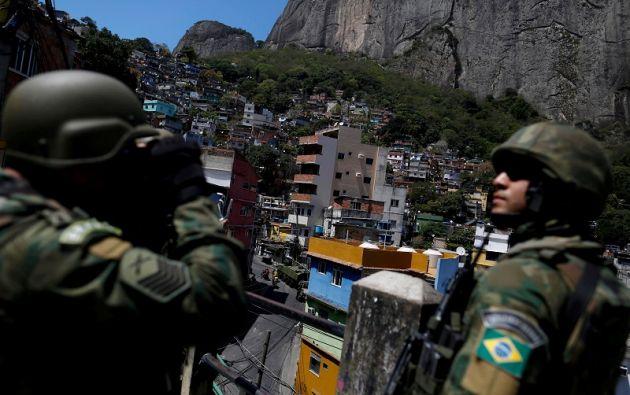 Unos 500 soldados y sus tanques blindados regresaron a los límites de Rocinha. Foto: Reuters