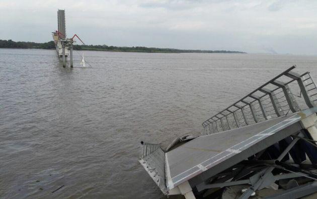 Se está procediendo a trasladar hasta el muelle a las personas atrapadas en el otro lado del puente. Foto: CUPS FIRE