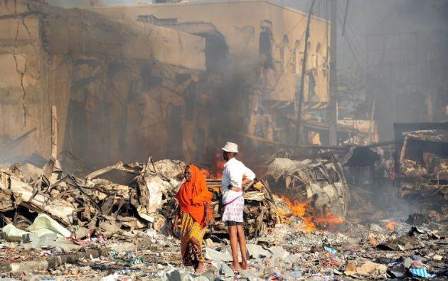 El atentado con camiones bomba perpetrado el sábado por supuestos miembros de la organización terrorista Al Shabab en Mogadiscio, capital de Somalia. Foto: AFP
