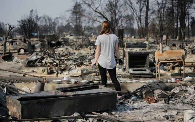 11.000 bomberos siguen combatiendo quince grandes fuegos que han destruido al menos 5.700 viviendas y locales comerciales, según las autoridades. Foto: AFP