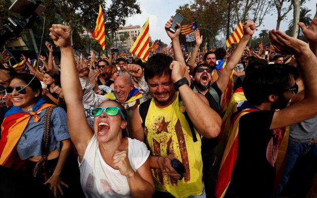 """Tras la votación, los diputados comenzaron a cantar el himno catalán, Els Segadors, concluyendo con un sonoro """"Visca Catalunya"""". Foto: Reuters"""