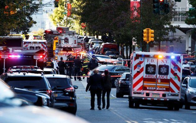 El sospechoso salió del vehículo exhibiendo armas de fuego falsas y recibió disparos del Departamento de Policía de Nueva York. Foto: Reuters