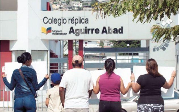 Un plantón de padres en el colegio réplica Aguirre Abad. Un niño víctima de abuso acompaña a su abuelo en la protesta.