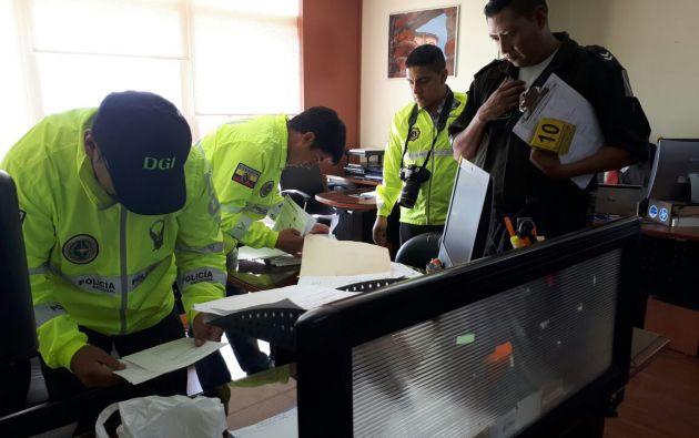 Agentes allanaron oficinas del departamento de compras públicas del Municipio de Cuenca. Foto: Fiscalía