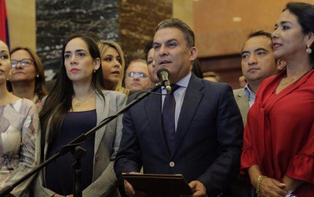 """José Serrano, encabezó una rueda de prensa en la que ratificó """"la unidad del Bloque AP y Aliados"""". Foto: Asamblea"""