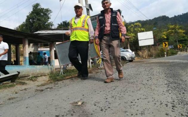 El gobernador junto al director provincial del Ministerio de Transporte y Obras Públicas recorrieron las vías de Esmeraldas para constatar su estado. Foto: El Ciudadano