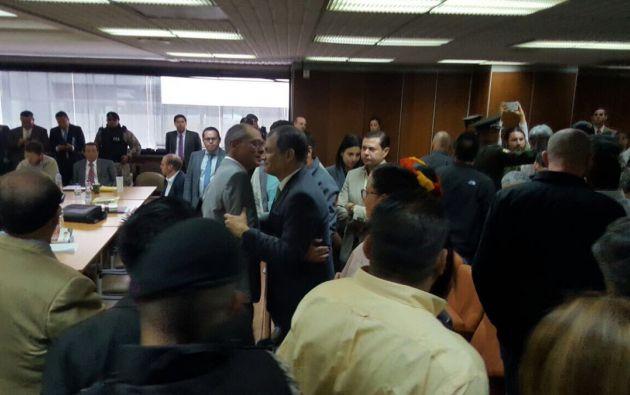A la audiencia que se realiza en la Corte Nacional de Justicia (CNJ), el expresidente, Rafael Correa, acudió para dar su resplado al Vicepresidente. Foto: Alianza PAIS