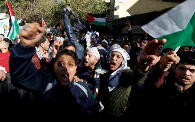 Los manifestantes corean consignas durante una protesta contra el reconocimiento del presidente Donald Trump de Jerusalén como capital de Israel. Foto: Reuters